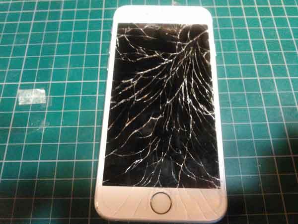 画面がバキバキに割れたiPhone